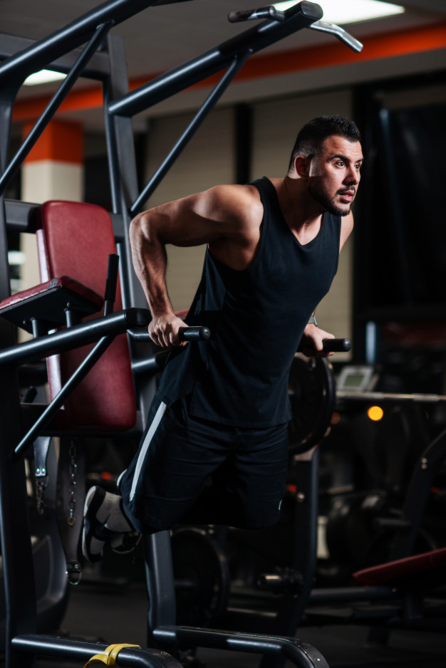 Side view of a young man exercising in gym Free Photo